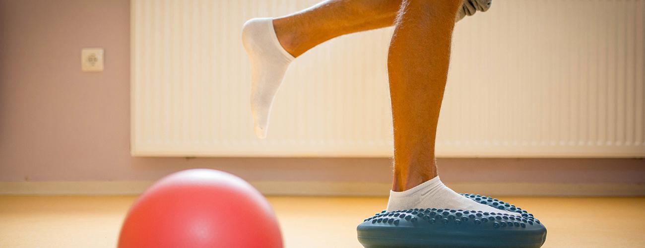 Você sabe o que é propriocepção? É a consciência que temos da postura, do movimento, enfim, das várias partes do corpo e das mudanças que envolvem o equilíbrio e a coordenação motora. Na fisioterapia, ela ajuda na prevenção a lesões e na redução de dores decorrentes de quedas e entorses.