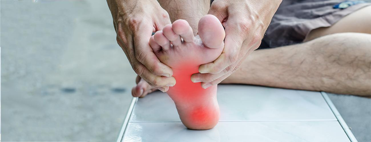 A fascite plantar é uma inflamação que afeta a fáscia plantar - uma membrana de tecido conjuntivo fibroso e pouco elástico, que recobre a musculatura da sola do pé. Leia mais sobre o assunto neste artigo.